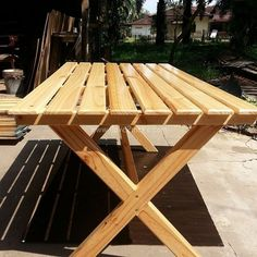 Pallet wood has become an essential part of home decor and design.Pallet can be used to build a wonderful table like this.Pallet table can be use to put a lot of stuff on it especially if you go for outdoor picnic.