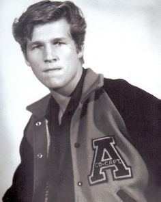 GUESS WHO Jeff Bridges pictured clusters of information as they moved through the computer. using circuits like freeways. Hooray For Hollywood, Hollywood Stars, Young Celebrities, Celebs, Young Actors, Lloyd Bridges, Air Force, Yearbook Photos, Childhood Photos