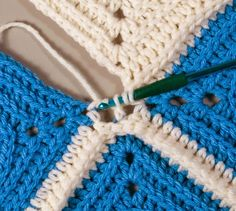 Granny Square Crochet Instructions on how to join two granny stitch squares using the double crochet join. Joining Crochet Squares, Granny Square Crochet Pattern, Crochet Blocks, Crochet Stitches Patterns, Crochet Granny, Diy Crochet, Crochet Designs, Crochet Crafts, Double Crochet