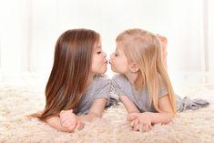 Siostrzana miłość ❤️ Ola i Hania skradły moje serce. Dwie przepiękne i cudowne bliźniaczki które aż albo dopiero mają 5 latek a pozowały niczym modelki. #sesjaurodzinowałódź #fotografurodzinyłódź #fotografdzieciłódź #fotografdziecięcyłódź #sesjadziecięcałódź #dziewczynki #bliźniaczki #siostrzanamiłość #kiss #sisters #twins Zapraszam do rezerwacji terminów 🤗 http://fotograficznemarzenia.pl