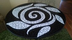 Mosaic table okay l realise this is a table but it s so beautiful that it has given me inspiration for my mosaic patio central flower Mosaic Tray, Pebble Mosaic, Mosaic Glass, Mosaic Tiles, Mosaics, Tile Crafts, Mosaic Crafts, Mosaic Projects, Stained Glass Patterns