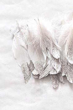 ふわふわロマンチック♡フェイクフェザーの髪飾りが可愛い結婚式ヘアアレンジ9選◎にて紹介している画像