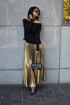 Metallic Skirt Outfit, Gold Pleated Skirt, Pleated Skirt Outfit, Metallic Pleated Skirt, Sequin Outfit, Midi Dress Outfit, Winter Skirt Outfit, Stylish Street Style, Boho Outfits