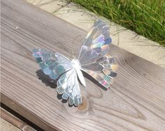 Stained CD Butterfly Sculpture by KryativeLotus on DeviantArt Over your ex five-decade profession, artist Viola Old Cd Crafts, Diy Crafts Hacks, Diy Home Crafts, Cd Diy, Cd Mosaic, Mosaic Mirrors, Recycled Cds, Monster Crafts, Butterfly Crafts