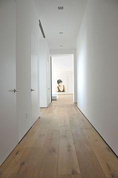 Plancher de bois large ave les murs blancs. Parfait pour les bureaux à l'étage. - Sophie Car - #à #ave #blancs #bois #bureaux #Car #de #large #les #létage #murs #parfait #plancher #pour #Sophie