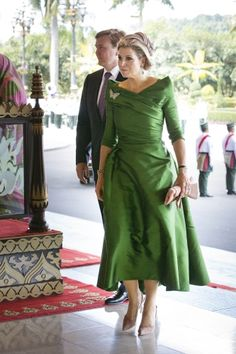Crown Prince Willem-Alexander Crown Princess Maxima in t-length green dress and in Brunai Sexy Dresses, Beautiful Dresses, Dress Outfits, Evening Dresses, Fashion Dresses, Hollywood Fashion, Royal Clothing, Queen Dress, Mom Dress