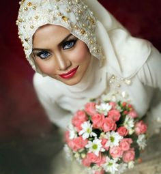 You can make your wedding hijab stylish by wearing beautiful hijab styles for brides. Bridal Hijab, Wedding Hijab, Pakistani Wedding Dresses, Wedding Poses, Dream Wedding Dresses, Indian Muslim Bride, Muslim Brides, Muslim Couples, Malay Wedding Dress