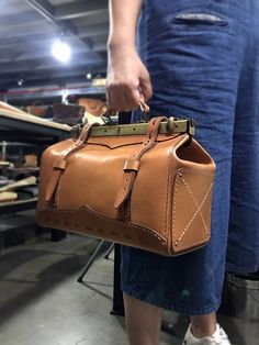 글래드스톤 가방만들기 - 동탄가죽공방 : 네이버 블로그 Leather Belt Bag, Leather Wallet, Leather Craft, Bag Making, Travel Bags, Satchel, Backpacks, Handbags, Women's Bags