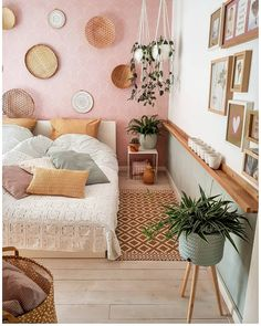 Do you have a small bedroom? There are many things you can do to maximize your space. Here are 11 small bedroom ideas you can implement today. Teller An Der Wand, Aesthetic Rooms, Home Decor Bedroom, Bedroom Ideas, Bedroom Small, Bedroom Designs, New Room, Home Decor Inspiration, Decor Ideas