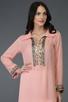 The focus is as much on embroidery design and workmanship as on the quality of construction. This Peach long tunic kurta is Shadi Dresses, Indian Dresses, Indian Designer Outfits, Designer Dresses, Bandhani Dress, Kurti Embroidery Design, Kurta Neck Design, Pakistani Wedding Outfits, Kurta Designs Women