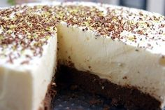 LCHF cheesecake with baked chocolatey hazelnut crust, NO Pudding Desserts, Cookie Desserts, Looks Yummy, Lchf, Cakes And More, Mousse, Meal Planning, Nom Nom, Cheesecake