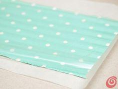 La carta da forno con sopra il tessuto.
