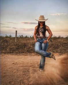Sexy Cowgirl Outfits, Country Style Outfits, Country Girl Style, Country Girl Photos, Foto Cowgirl, Estilo Cowgirl, Cowgirl Style, Hot Country Girls, Country Women