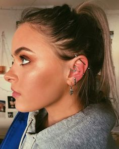 Trending Ear Piercing ideas for women. Ear Piercing Ideas and Piercing Unique Ear. Ear piercings can make you look totally different from the rest. Innenohr Piercing, Ear Piercings Helix, Smiley Piercing, Tattoo Und Piercing, Helix Ear, Cartilage Hoop, Daith Piercing Migraine, Rook Piercing Jewelry, Ear Piercings