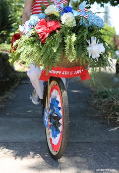 4th of July Bike Decorations + adorable + free printable downloads for the whole bike..front and back.