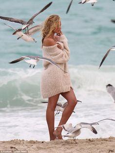 Sempre o profissional: Candice ficou focado apesar do frio e as aves...