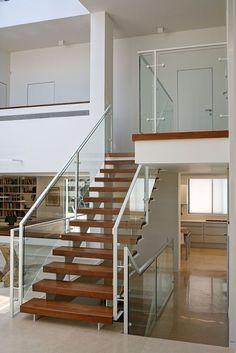 חיפוי העץ של המדרגות והמעקה