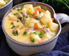 Cheesy Bacon Potato Soup Comforting Delicious Easy Soup Recipe Full of Potatoes Bacon & Cheese! Grab a Big Bowl and Warm Up This Winter Cheesy Potato Soup, Bacon Potato, Cheesy Potatoes, Ranch Potatoes, Easy Soup Recipes, Chili Recipes, Great Recipes, Cooking Recipes, Delicious Recipes
