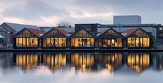 Lo studio di architettura galleggiante nei vecchi hangar per le barche