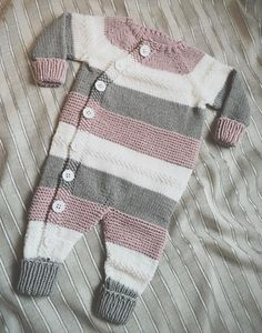 Ravelry: Lettvintdress pattern by Veslestrikk Knit Baby Dress, Knitted Baby Clothes, Knitted Romper, Baby Cardigan, Knitting For Kids, Baby Knitting Patterns, Baby Patterns, Dress Patterns, Baby Outfits