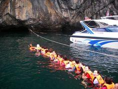 Playa #Morakot en #Tailandia. Podría ser una pequeña aventura llegar a ella. Hay gente que lo hace remando en kayak, o simplemente nadando con sus correspondientes salvavidas y en grupo. La aventura consiste en atravesar por el agua y desde el mar una cueva de unos 80 metros de extensión que se interna dentro de un acantilado. El premio será descubrir una playa más que escondida.