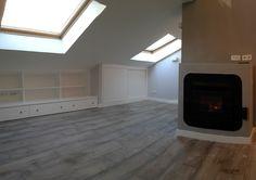 Todas las zonas bajas de la buhardilla se han aprovechado con armarios y muebles a medida lacados en blanco para crear contraste con paredes y suelos.