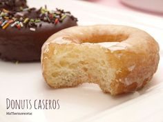¡Me encantan los donuts!. Este sábado me animé a hacerlos con mis niñas y el resultado fue increíble. No es la primera vez que los hago pero a decir verdad hacía mucho, pero que mucho tiempo que no lo Bakery Recipes, Donut Recipes, Dessert Recipes, Cooking Recipes, Thermomix Desserts, Homemade Donuts, Baked Donuts, Food Humor, International Recipes