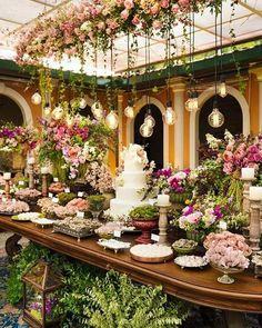 decoração com muitas flores para mesa de bodas de pérola festa #bodas #bodasdeperola #bodas #casamento