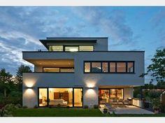 Hausansicht Kundenhaus Familie Collmann. Einfamilienhaus mit Einliegerwohnung / Zweifamilienhaus. Architektenhaus modern mit Flachdach und Garage