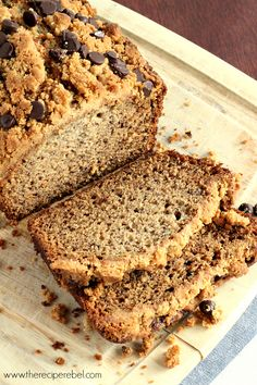 Peanut Butter Chocolate Chip Streusel Banana Bread: perfectly moist banana bread topped with peanut butter streusel and chocolate chips! Moist Banana Bread, Chocolate Chip Banana Bread, Banana Bread Recipes, Chocolate Peanut Butter, Chocolate Chips, No Bake Desserts, Just Desserts, Dessert Recipes, Brunch Recipes
