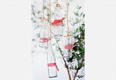Em uma reunião com clima descontraído, faça amarrações de fitas e retalhos de tecidos em garrafas vazias e pendure-as longe das áreas de circulação