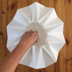 DIY #26 – Une lampe origami | Pierre Papier Ciseaux Origami Lampshade, Paper Lampshade, Suspension Diy Luminaire, Origami And Kirigami, Paper Crafts, Diy Crafts, Felt Diy, Lamp Shades, Diy For Kids