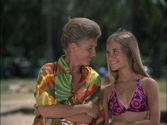 Alice and Marcia on the beach in the Hawaii episodes The Brady Bunch, Princess Peach Mario Kart, Marsha Brady, Eve Plumb, Maureen Mccormick, Hottest Female Celebrities, Amanda Bynes, Old Tv Shows, 70s Fashion