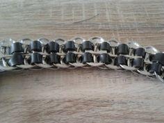 armband gemaakt van fietsbanden en blik lipjes