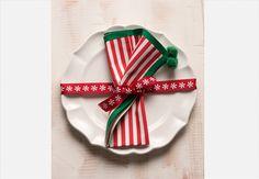 """""""Embale"""" cada prato na mesa de Natal. A fita que envolve a louça também prende o guardanapo  Iara Venanzi / Casa e Comida"""