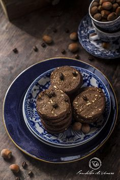 I biscotti al cioccolato fondente caffè e nocciole sono molto semplici da realizzare, il mix di deliziosi sapori arricchirà le vostre colazioni.