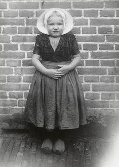 Meisje in Arnemuider streekdracht. 1913-1916 #Zeeland #Arnemuiden