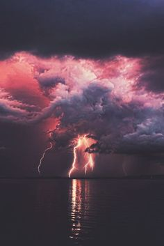 Lightning in the sky Beautiful Sky, Beautiful World, Beautiful Places, Pretty Pictures, Cool Photos, Amazing Nature, Belle Photo, Wonders Of The World, Aesthetic Wallpapers