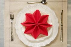 Come piegare a stella il tovagliolo di Natale Christmas Tree Napkin Fold, Christmas Place, Christmas Napkins, Simple Christmas, Christmas Time, Xmas, Easy Christmas Decorations, Christmas Treats, Dinner Party Games