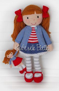 Marina i jej laleczka - wykonane na szydełku. Lalka ubrana jest w sukienkę, kardigan oraz szydełkowane buciki. Na głowie ma kokardki. Wło...