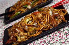 Este mês ganhamos da Sakura Alimentos alguns produtos que fazem toda diferença na cozinha oriental. Dão um toque especial e facilitam muito na hora de preparar alguns pratos tradicionais esta Receita de Yakisoba. Se você quiser ter ainda menos trabalho, compre bandejas prontas com todos os legumes que irá utilizar ... Asian Recipes, Healthy Recipes, Good Food, Yummy Food, Salty Foods, Easy Eat, 30 Minute Meals, Diy Food, Food Hacks