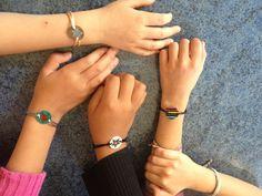 Plastique fou et bracelets avec noeuds coulissants