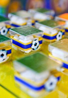 Veja adoráveis referências de lembrancinhas com o tema de futebol para você  organizar os presentinhos dos 4f6bb26f9f837