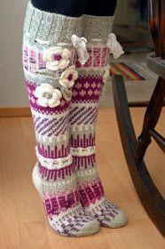 Anelmaisia on kudottu paljon ja ehkä ovat jo ohi mennyttä. Minä tapani mukaan olen lämminnyt vasta jälkijunassa. Viikon ahkeran näpertelyn... Crochet Socks, Knitting Socks, Knit Crochet, Knit Leg Warmers, Cute Socks, Wool Socks, Fair Isle Knitting, Knee High Socks, Christmas Stockings