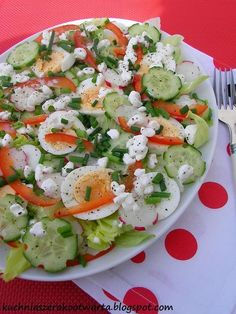 Dziś przepis na pyszną i lekką sałatkę z serkiem wiejskim. To jeden z moich ulubionych serków, który świetnie smakuje solo, ale równie dobrz... Cauliflower Salad, How To Cook Fish, Cooking Recipes, Healthy Recipes, Cooking Fish, Polish Recipes, Polish Food, Easy Salads, Caprese Salad