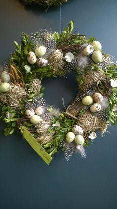 Easter Flower Arrangements, Easter Flowers, Diy Easter Decorations, Flower Decorations, Easter Wreaths, Christmas Wreaths, Flower Shop Decor, Deco Table, Spring Crafts