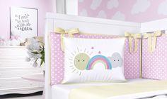 A Mini Cabeceira Nuvem Rosa fica linda no bercinho. Ela traz um bordado de sol, arco-íris e nuvem com coraçõezinhos, do jeito que as mamães mais caprichosas adoram! A decoração do quarto de bebê não poderia ficar completa sem esse acessório!