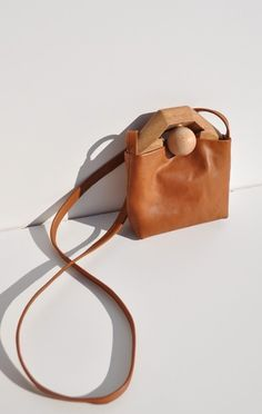 Anaise TIN BAG, MEDIUM Soft, vegetable tannin leather purse with sculpted wooden handle and ball detail. My Bags, Purses And Bags, Leather Accessories, Fashion Accessories, Leather Purses, Leather Bag, Foto Still, Best Bags, Medium Bags