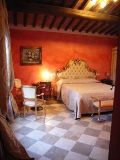 La romantica junior Suite Azalee dell'agriturismo romantico Taverna di Bibbiano. La junior Suite Azalee offre ai suoi ospiti mobili artigianali di pregio, decori floreali e una splendida vista sulla campagna toscana e su San Gimignano.