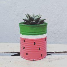 Latas decoradas: tutoriais e 80 modelos para reciclar fazendo arte Garden Crafts, Home Crafts, Diy And Crafts, Crafts For Kids, Paper Crafts, Painted Plant Pots, Painted Flower Pots, Painted Tin Cans, Tin Can Art